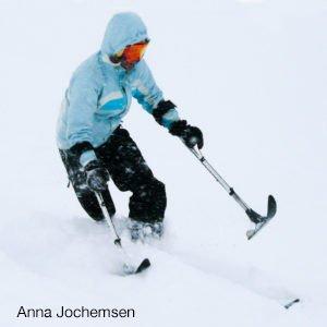 Skiër off piste op een been. Freeriden en off piste kan prima met een lichamelijke beperking.